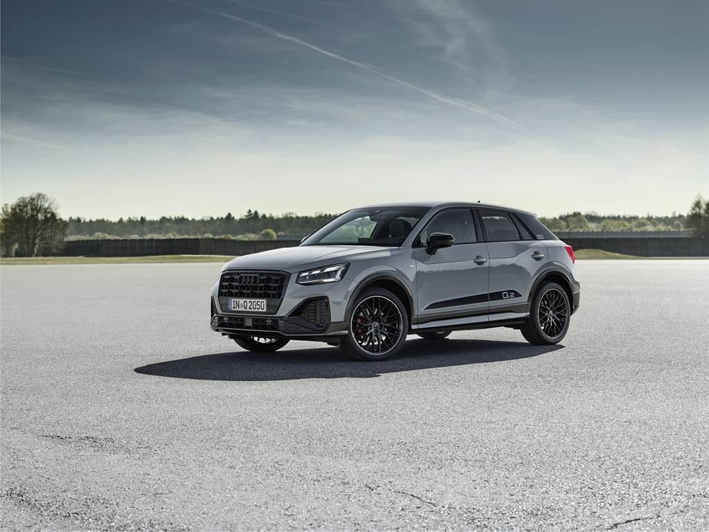 小改款Q2導入限量的Edition One套件,外觀車身採用黑色風格套件,搭配黑色後視鏡蓋、黑色 C 柱飾板與 18 吋 Audi Sport 鋁圈,展露帥氣運動化氣息。