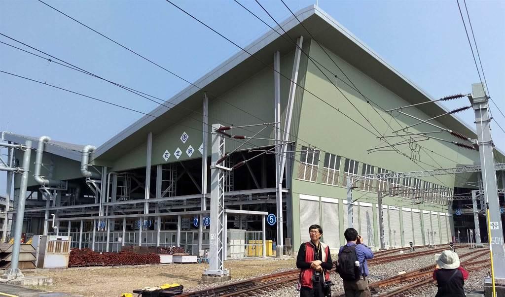 台鐵2017年首度在潮州車輛基地利用屋頂設置太陽能板,發電容量4MW,每年可發約500萬度電。(潘建志攝)