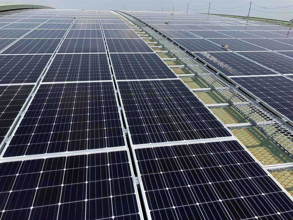 台鐵2017年首度在潮州車輛基地利用屋頂設置太陽能板,發電容量4MW,每年可發約500萬度電。(台鐵局提供/潘建志屏東傳真)