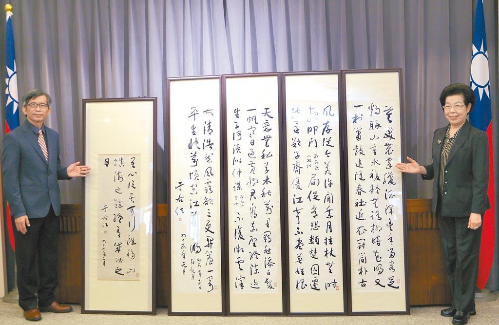 前監察院長張博雅(右)上任後,和史博館簽訂首任院長、知名書法家于右任5幅墨寶的長期借展合約,左為時任歷史博物館長廖新田點交展品。(本報資料照片)