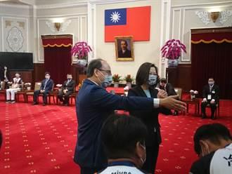 中職》統一獅應邀拜訪總統府 蔡英文開心接見