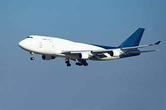 波音再出事 747貨機起飛後引擎起火 碎片砸傷2人