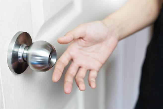 大陸一名獨居女子除夕洗澡時,意外受困在浴室中,最後靠著敲擊水管引起鄰居注意,才終於脫困。(示意圖/達志影像)
