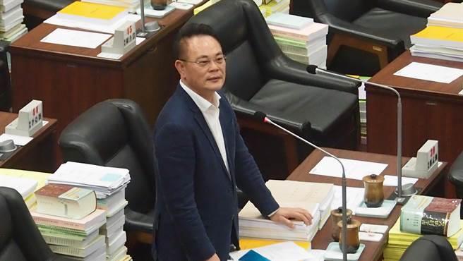 高雄巿議員韓賜村。圖為他在議會質詢畫面。(曹明正攝)