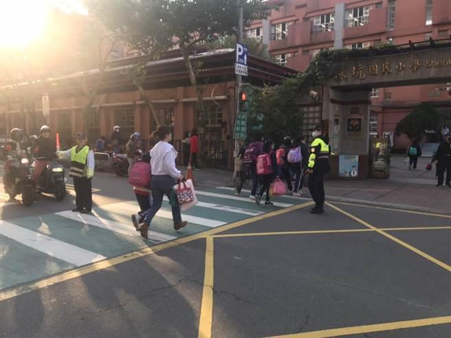 新北市各高中、国小、国小今(22日)开学,新店警分局也针对学校周边交通顺畅及安全做周全规划。(新店警分局提供)