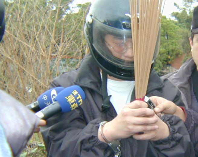 殺妻分屍案嫌犯王熙宏(中),被捕後在棄置屍塊的垃圾車旁向亡妻上香祭拜。(中時資料照)