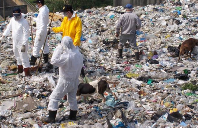 王熙宏殺妻棄屍,頭份警分局專案小組當年前往竹東垃圾掩埋場開挖找屍塊。(中時資料照)