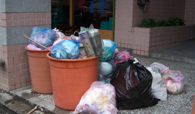 王熙宏殺妻分屍後,丟棄屍包的第一現場是當年大廈前堆積如山的垃圾,準備由竹東清潔隊垃圾車載往垃圾掩埋場處理。(中時資料照)