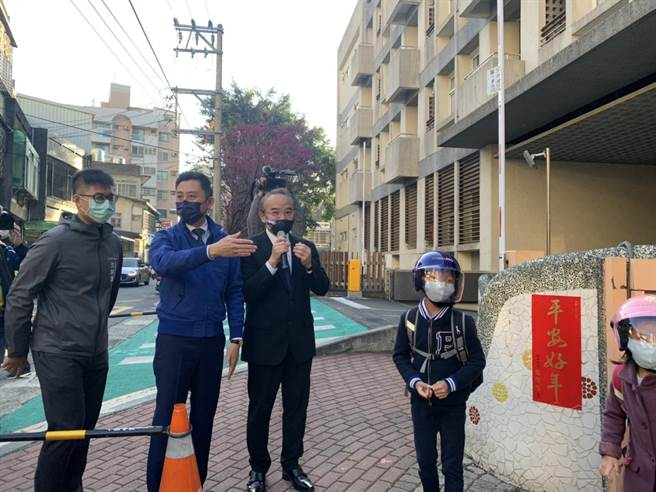 新竹市長林智堅(中)今天一早到關東國小了解校園防疫狀況。(陳育賢攝)