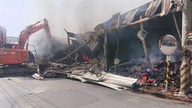 怡安路二段大火闷烧许久无法扑灭,警消出动怪手开挖灰烬。(程炳璋摄)