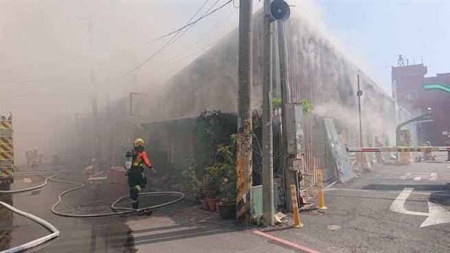 连栋铁皮屋共五户内部闷烧,警消疲于奔命灭火。(程炳璋摄)