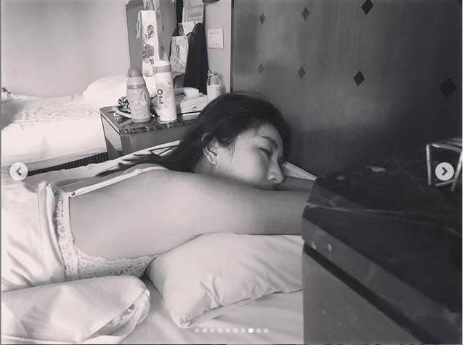 女兒視角照,讓隋棠單穿內衣睡覺辣照跟著曝光了。(圖/取材自隋棠 Instagram)