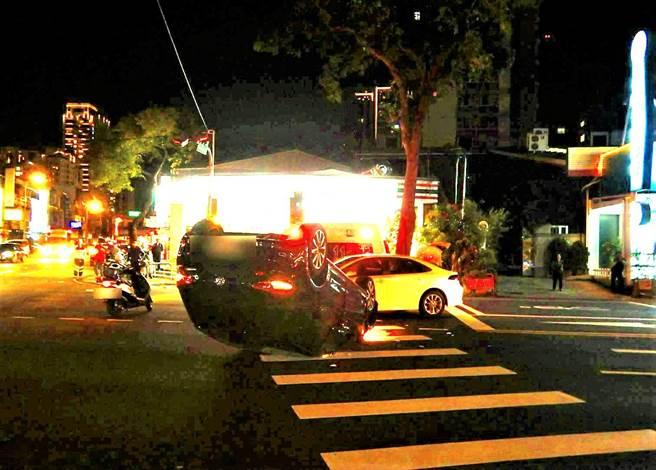 台中市西屯区晚间发生两车碰撞车祸,由于衝撞力道大,还造成其中一辆轿车翻车,车子四脚朝天。(民眾提供/卢金足台中传真)
