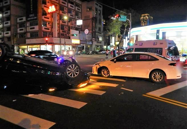 台中市西屯区22日晚间近7时,在黎明路与朝马路口,发生两辆轿车碰撞交通事故。(民眾提供/卢金足台中传真)