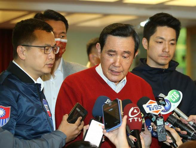 前總統馬英九(中)22日出席內湖里長聯誼會牛轉乾坤春酒被問到台北市長黨內支持誰,表示將會支持國民黨機制所選出來的市長候選人。(中時資料照)
