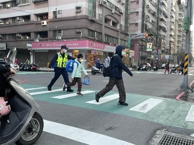 桃警开学日护童,吁家长守交通规则。(警方提供/蔡依珍桃园传真)