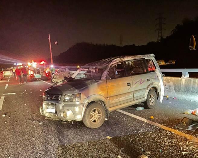 国道6号旧正段,22日晚间发生3车追撞连环车祸。(民眾提供/廖志晃南投传真)