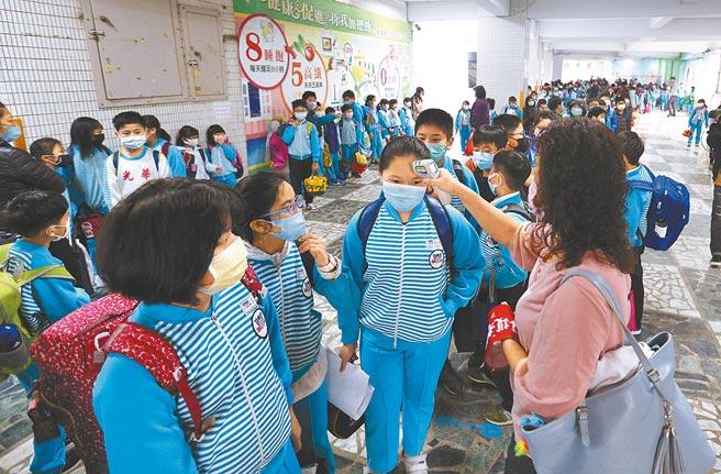 教育部表示,各校開學後兩周之內應持續宣導衛教,學生進入校園須量體溫。(本報資料照片)