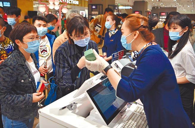大陸對於奢侈品的需求依舊不減,雖然疫情一定程度上影響經濟,但願意溢價購買奢侈品的人仍大有人在。(新華社)