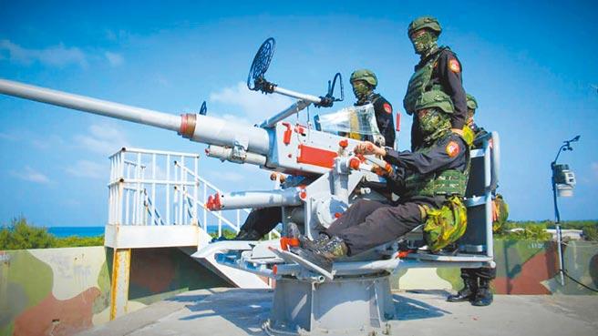中共軍機近來密集在東沙島附近空域活動。圖為海巡署官兵駐守的東沙島,進行例行戰備整備訓練(摘自海巡署東南沙分署)。