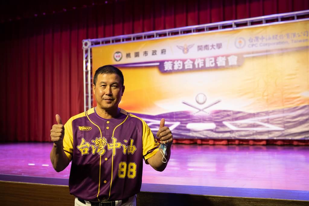 開南大學棒球隊總教練郭李建夫今天穿上新球衣出席簽約記者會。(開南大學提供)