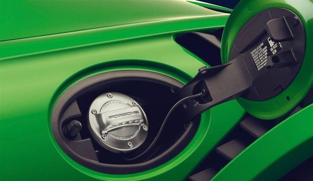 保時捷重壓合成燃料延續燃油車壽命:它和電動車一樣環保,可幫忙大減 85% 碳排放