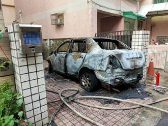 高雄小客车行进中突起火  驾驶急跳车45%面积的烧烫伤
