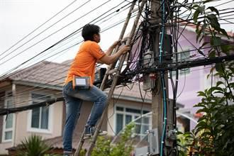 詭異怪男爬上電線桿「仰臥起坐」 上萬戶居民慘停電