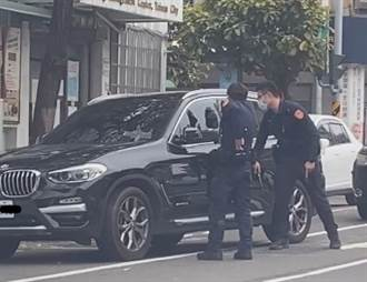 BMW休旅車肇逃 警掏槍還破窗 駕駛一下車網驚呼:出事了阿北