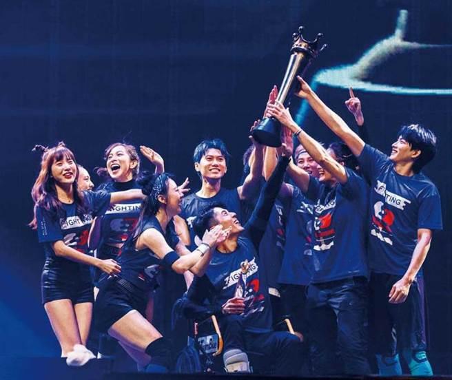 歷經了一百一十三天共五十二場的賽事,藍隊終於在台北小巨蛋的總冠軍戰拿下勝利。(圖/三立提供)