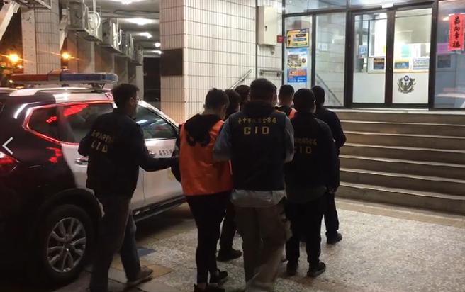 台中市今(23)日凌晨有民眾因債務糾紛在空地喬事,民眾聽見槍響緊急報案,目前警方已逮回8人,全案將持續擴大追查。(圖/民眾提供)