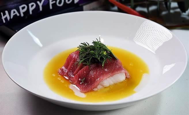 德國米其林三星名廚 Thomas Buhner 設計的〈日本鱈魚.黑鮪魚大腹〉,是先以攝紙65度烤鱈魚,再將鮪魚大腹肉覆蓋在鱈魚上,利用餘溫逼出O-TORO的脂香。(圖/姚舜)