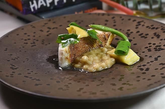 〈紅條〉是以焦化奶油將紅條魚肉煎烹,搭配用奶油和米麴煮的〈薏仁燉飯〉,以及以干貝慕斯和旗魚卵作餡的迷你義大利麵餃呈盤。(圖/姚舜)