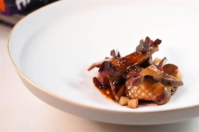 〈MAJESTY〉套餐中的〈鮑魚〉,是將南非孔雀鮑先Sous-vide、再香煎,然後用火腿、香菇、昆布和清酒作的高湯煨煮入味,呈盤時搭配煎鴨肝、白酒燴杏鮑菇丁與燴煮豬舌。(圖/姚舜)