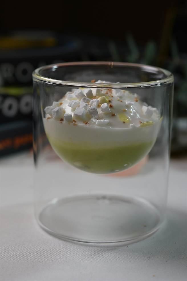 〈MAJESTY〉套餐中的前甜點〈奇異果.鼠尾草.優格〉,底層是用了接骨木花添香的奇異果汁,中層是鼠尾草Sorbet,最上層是優格慕斯。(圖/姚舜)