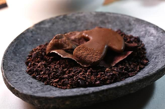 〈MAJESTY〉餐廳套餐的Petit Four之一〈牛肝菌巧克力〉,是使用冠軍巧克力製作。(圖/姚舜)