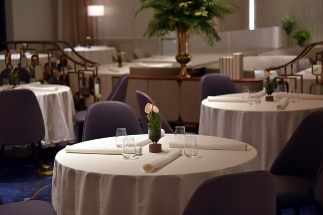 水晶吊燈、雙層檯布、新鮮桌花,以及大理石地板和厚厚的絨布沙發與餐椅,高雄朕豪酒店〈美享地餐廳〉(MAJESTY RESTAURANT)的裝潢陳設按高檔Fine Dining餐廳規格打造。(圖/姚舜)