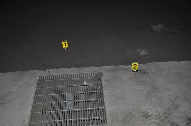 警方獲報到場發現人群已散去,但在地上發現2顆彈殼。(民眾提供/馮惠宜台中傳真)
