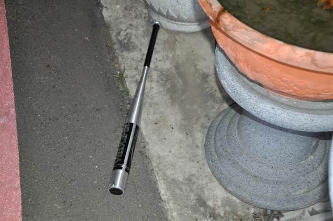 現場也發現疑似犯嫌使用的棒球棍。(民眾提供/馮惠宜台中傳真)