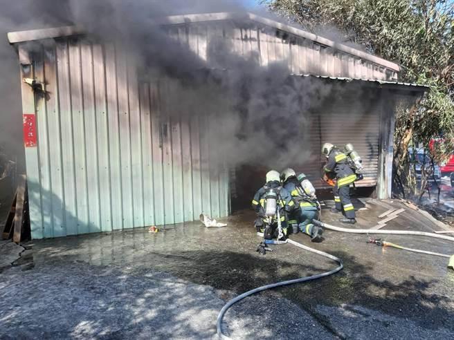 北市延平北路7段一處鐵皮屋發生火警,警消派出多輛13輛水箱車到場灌救。(圖/民眾提供)