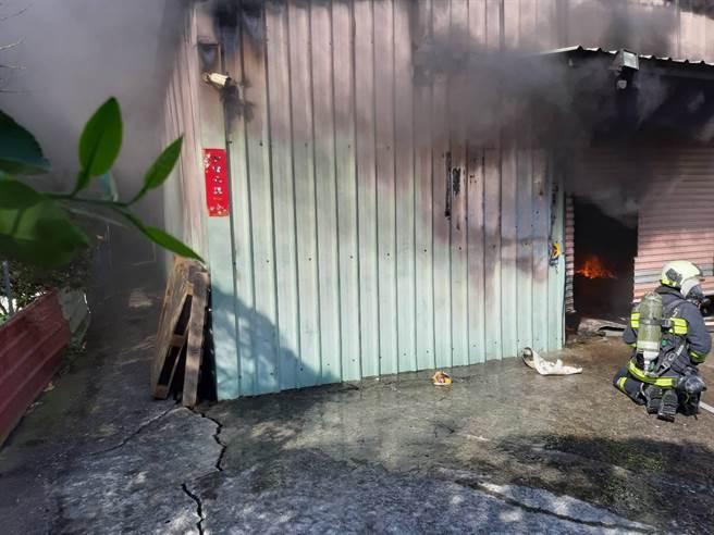 北市花卉村一處倉庫今上午9點半發生火警。(圖/民眾提供)