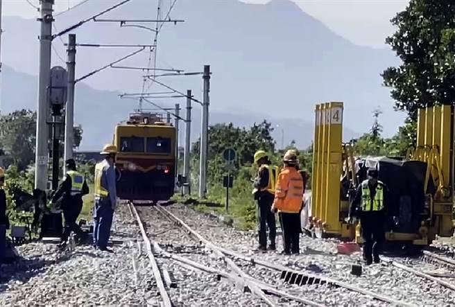 台鐵海端火車站23日進行工程時,一列維修車撞擊3位道班工,造成2命危1受傷。(民眾提供)