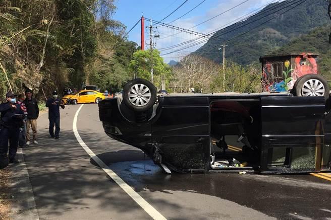 尖石乡竹60线发生厢型车和计程车对撞车祸,厢型车翻覆在路中央。(新竹县消防局提供/罗浚滨新竹传真)