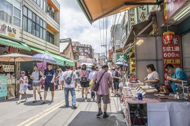 北埔老街在農曆春節平均日遊客高達2.2萬人。(羅浚濱攝)
