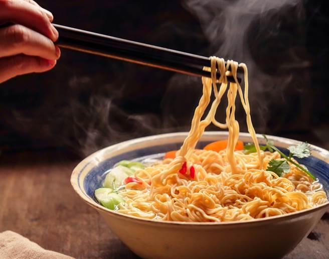 吃泡麵習慣已席捲全世界,但仍以亞洲人為主。(達志影像/shutterstock)