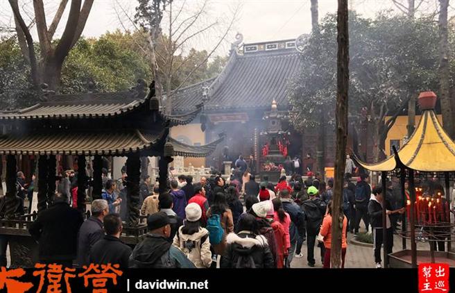 寒山寺門前永遠有著滿滿的遊客。(作者提供)