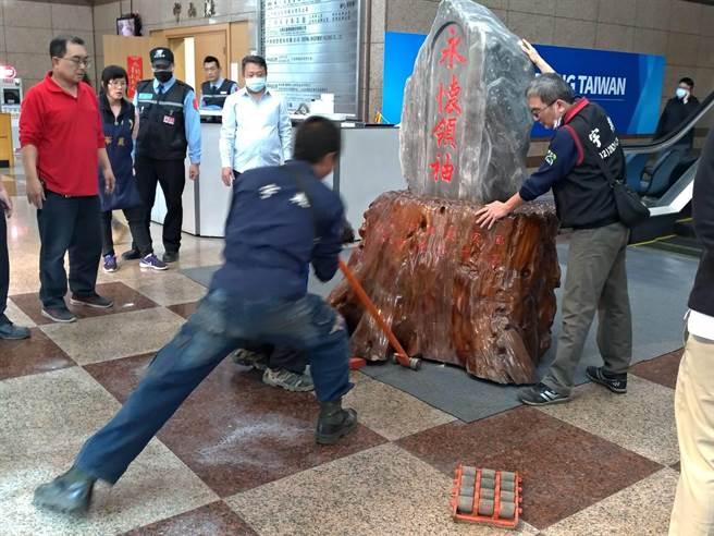 國民黨今天移走中央黨部一樓大樓「永懷領袖」風水石,工人費盡九牛二虎之力。(黃福其攝)