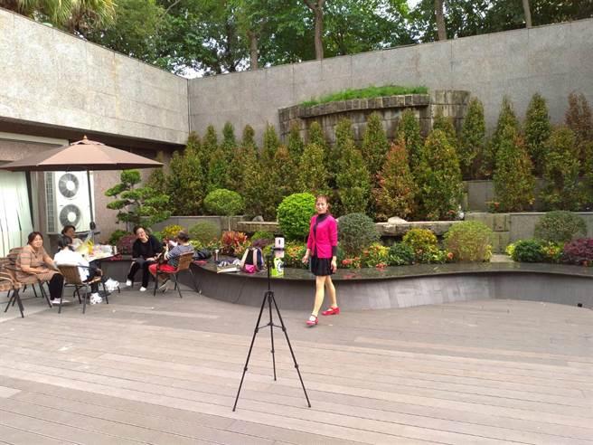 國民黨中央黨部B1風水池填平改種植栽,整個空間成為禁菸休憩空間。(黃福其攝)