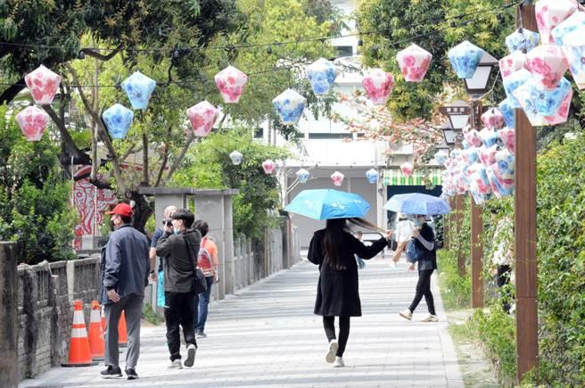 全區開放的屏東市勝利星村,吸引不少民眾前來走逛。(林和生攝)