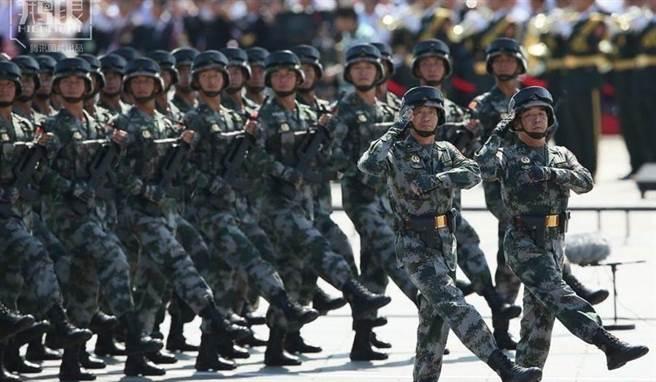 共軍12萬兵力對台 前空軍中將:要注意三件事。圖為大陸解放軍參與閱兵。(圖/摘自新浪網)
